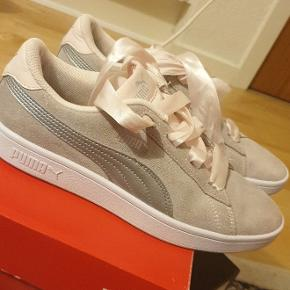 Sælger mine Puma Smash v2 ribbon pearl silver sneakers, det eneste de fejler er, at de blev vasket forkert og derfor er de blevet misfarvet. Ved ikke om det er noget en skomager kan fikse. Kasse haves.  Sælger da jeg skal flytte og ikke kan have dem med mig.  Kig gerne mine andre sko annoncer, der kommer flere sneaks ind løbende :)