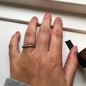 Smuk ring fra Zabel. Str 52  Nypris 1000 Aldrig brugt Der er sten hele vejen rundt