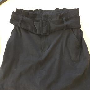 Ruskindsagtig nederdel med bælte fra Zara i str. M (fitter en XS/S). Aldrig brugt!  Kan afhentes i Mørkhøj eller sendes med DAO for 38 kr. 🌻
