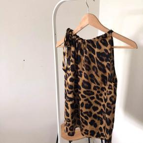 Fin top i leopard-print med bindesløjfe <3  Style: Linea Leo Top Farver: brun, sort