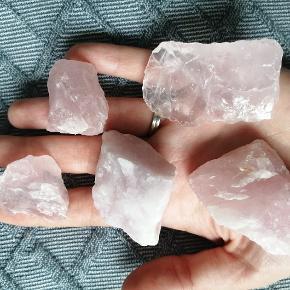 Beautiful rose quartz (rosakvartz) stones, both raw and polished. Different sizes and shapes.