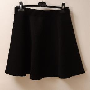 Rigtig fin nederdel som jeg har elsket at gå med. Den fungerer med en masse forskelligt tøj.  Kan afhentes på amager.   Køb endelig flere varer, så får du god mængderabat 😁🙌