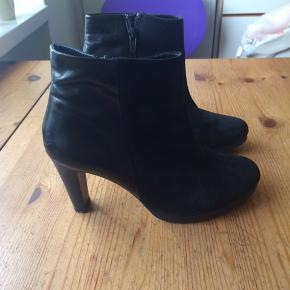 Flotte sorte støvler i ægte læder/ruskind. Brugt få gange.