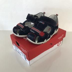 Fine sandaler fra superfit i str 21. Standen er god men brugt. Indensålen måler 13 cm.