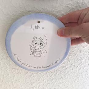 Mål: Ø15 cm Sød platte til væggen. Uden skår.