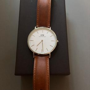 Lækkert ur i sølv og med hvid Skive. Str. 40 mm - flot til både mænd og kvinder.  Brun rem, som trænger til en udskiftning, ellers er uret 100% i orden.  Kan afhentes på Østerbro ellers betaler køber Porto.