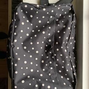 """Mega fed taske i super fin stand, har blot lidt slid på forreste knap og mangler den ene """"snor"""" ved den ene lynlås."""
