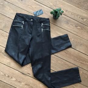 🙏🏼 ALT SKAL VÆK - SÆLGER BILLIGT 🙏🏼  👗 Cool bukser i blødt skinnende materiale 👠 Wearhouse  👚 Str. M 👑 De er helt nye og stadig med mærke   🔥Se også mine mange andre annoncer og følg mig gerne - der kommer løbende nyt🔥