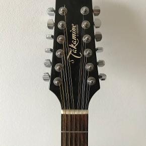Sælger denne lækre 12-strengede Takamine EG-335BC halvakustiske guitar i sort fra 2012.  Fretboard/gribebræt: palisander (rosewood) Bund + sider: mahogni (mahogany) Top/dæk: grantræ (solid spruce)  Den har selvfølgelig nogle få ridser hist og her efter at være blevet spillet på de seneste par år, men ellers er den så god som ny!  N4B Onboard Electronics (EQ, der sidder i guitaren)