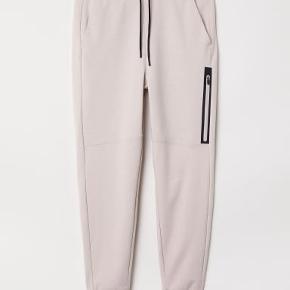 Super lækre H&M Sport bukser. Kun brugt få gange. Materiale: 6 % Elasthan 60 % bomuld 34 polyester.  Giv et bud