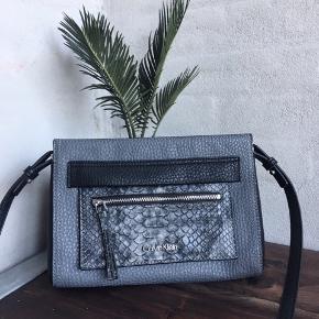 Sælger denne lækre taske fra mærket Calvin Klein, den er brugt én enkelt aften, og sælges grundet for mange tasker.  Kan afhentes i Randers eller sendes med DAO på købers regning!