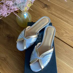 De flotteste sandaler fra Heartmade i guld/sølv farver. Virkelig smukke og kan pifte enhvert outfit op 🥰  Skoene er kun prøvet på, fremstår derfor som nye. Jeg har bestilt et par i str. 39, da jeg synes at de er en anelse små i det. Passes derfor bedst af 37/38 💕