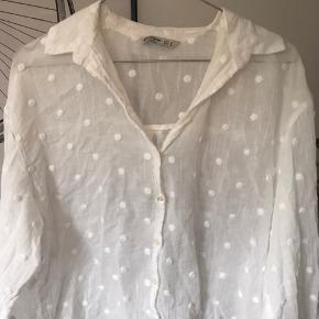 Hvis skjorte med prikker, en smule gennemsigtig. Brugt få gange, derfor i god stand. Passer en small/medium