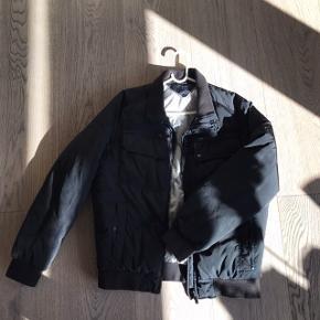 Super luksuriøs og tyk Tommy Hilfiger jakke. Denne jakke er ALDRIG brugt og fremstår derfor som helt ny.  BEMÆRK AT... nypris for sådan en jakke er ca. mindst 1000kr!!  Sælges blot fordi min far har for mange jakker og derfor ikke bruger den🤣  #30dayssellout