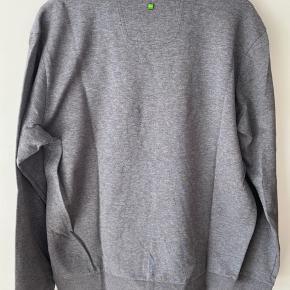 Sælger denne sweater fra Hugo Boss med stort tryk for, da den aldrig har vært i brug da den ikke lige passet ind i min smag.  Men trøjen er super lækker at bære pga stoffet den er fremstillet i samt str er perfekt. Den er i XXL da det er en slime model. Ingen form for slitage, huller el andet.  Kom med et friskt bud
