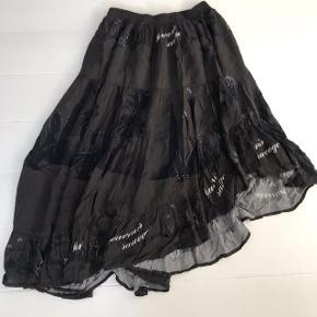 Smuk asymmetrisk nederdel med elastik kant
