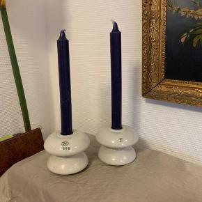 2 af de større porcelænsknopper fra de gamle lygtepæle.  På den ene står årstal 1988.  Brug dem som lysestager.