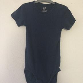 H&M - basic body (t-shirt) Str. 92 Næsten som ny Farve: mørke blå Lavet af: organic cotton Køber betaler Porto!  >ER ÅBEN FOR BUD<  •Se også mine andre annoncer•  BYTTER IKKE!