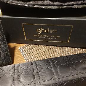 Ghd gold styler samt 2 tasker med klemmer og varmemåtte  Brugt meget lidt  Se også gerne alle mine andre annoncer