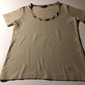 Burberry - mega billigt bluse  😊  Flot, tidløs, klassisk Burberry beige  bluse (Burberry str. 42) Ikke brugt ret meget😊  Hvis du er interreseret i den Burberry beige  bluse str. 38/ 40 str. M/ str. 40 sender jeg gerne nøjagtige mål og flere fotos.  Oprydningssalg, tages ikke retur,  pris plus fragt  Ps. Bukser og Masai lækker jakke, Custommade  sweater og Puma sneakers følger ikke med, men kan tilkøbes   Mængderabat gives, se også mine  sko, tasker og tøjtilbud 😊
