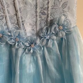 """Lynlås i ryg skal skiftes. Der mangler lidt """"perler""""på blomst på maven ( se billede 2)"""