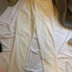Råhvide bukser, kun brugt én gang. Bud modtages.