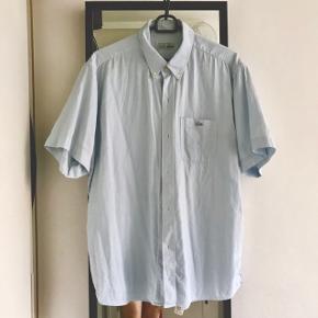 Lækker sommer skjorte fra Lacoste. Størrelse: 43  svarer ca. til str. M/L  Fremstår fin og nyt. Sælges billigt: 200 kr.