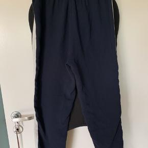 Sælger de her lækre løse track ligende bukser fra Envii. De er super fin stand men der er lidt hvide plamager på knæene som er angivet på billedet.   #Secondchancesummer   Bytter ikke