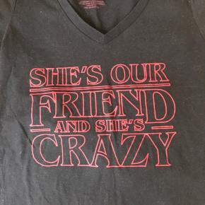 Stranger Things T-shirt. Str M. Ikke brugt så meget.  Fra ikke rygerhjem. Har en del fandom T-shirts til salg.  #30dayssellout