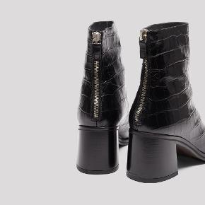 Fantastiske Miista støvler i lækker blød sort læder. Købt i Paris i februar 2020 for 2350 kroner.   God stand !