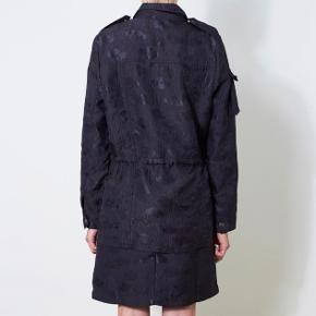 Fineste jakke købt i Nué.  Mærke: Lovechild 1979  brokade jakke i navy blå med mange fine detaljer.  Lukkes med lynlås og skjulte trykknapper  Taljebånd der kan snøres ind indvendigt