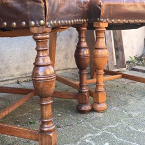 En herregård værdig 😀 men desværre bor vi ikke så stort.   BYD med en samlet pris, skal væk på grund af pladsmangel, og det er synd at stille dem i garagen.   Smukke barokke spisebordsstole med skøn komfort.  Materiale: lakeret egetræ, messingnagler og brunt skind.    8 stk i fin stand med ensartet  brugsspor og patina.   Med fjedre i sædet 😀   Tilhørende spisebord med god bredde, hollandsk udtræk og endnu større trædrejninger end på stolene.   STAND: Bordpladen er afslebet og sæbebehandlet første gang, så den trænger til en ekstra slibning. Skindet kunne trænge til læderfedt.   200 kr. pr. stol  Ved interesse kan spisebordet følge med.