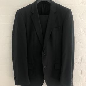 Flot Hugo Boss jakkesæt med habitbukser og blazer. Overordnet set flot stand. Dog er inderforet i begge armhuler i stykker og skal evt syes samt en af knapperne er halve på ærmet. Prisen sættes herefter.   Str 48, ca s/m