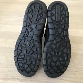 De lækreste , helt nye og ubrugte Ecco støvler . Købt for små . Varmt foer og lynlås i siden . Sålen måler 25,5 cm indvendig . Nypris 1099 kr . Bytter ikke