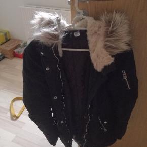 Rigtigt fin jakke fra h&m, fejler intet er som ny, sælges da jeg ikke kan passe den mere, det er en str 32 tror nok det svare til en small eller xxs