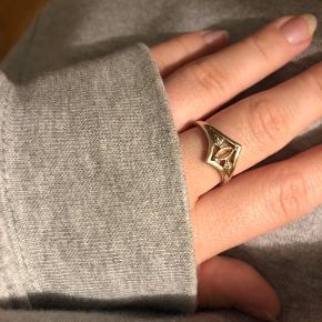 Elli White ring