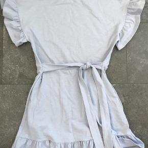 Kjolen er brugt en enkelt gang. Der ses ingen brugs tegn.  - åben for bud