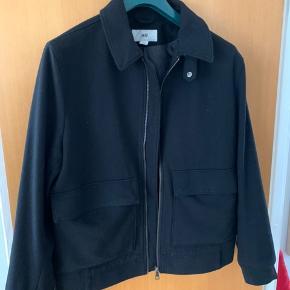 Lækker kort uld jakke  Med inderlomme  Sælges da jeg har købt en lang frakke