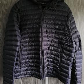 Flot herre Peak performance jakke. Jakken er som ny, brugt max 3 gange. Købt sidste år 2019 Fra røgfrit hjem.