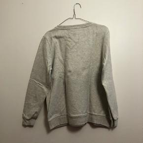Grå sweatshirt fra Garcia i str. M