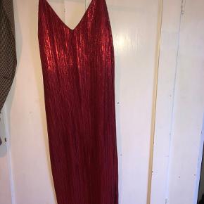 Rød glimmer slip on kjole med slidser i begge sider fra nelly 🌹 brugt 1 gang som galla kjole. Str. xs , men passes af en small