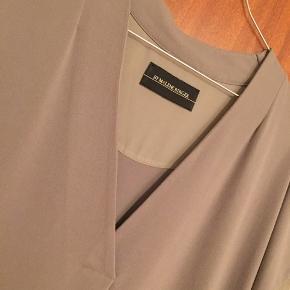 Sælger denne fine Malene Birger kjole da den ikke længere bliver brugt. Standen er som ny, og fejler intet.