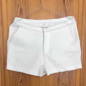 Shorts fra Maché i hvid med slangeskind-mønster. Størrelse S. Købt for nogle år siden, men ikke meget brugt. Sender med DAO, køber betaler fragt.