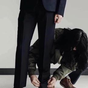 Acne Suit.   Elegant blazer i medium og tilhørende Ryder buks i XL (fitted passer en regulær L).   Bemærk venligst : Hverken bud eller bytteforslag ønskes. Send først handelsanmodning efter aftale.