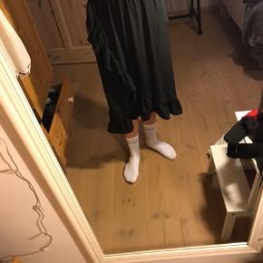 Sælger den super fine nederdel, som går til alt. Nederdelen er i super fin stand og fremstå som ny. Ny pris var omkring 400 kr. Prisen er ikke fast, så kom endelig med et bud.
