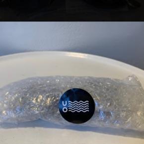 Sorte unisex solbriller model black buddy fra UO. Normale til lidt lille i str. (Ikke Bredde) De sidste 3 billeder er af dem jeg selv bruger og de 2 første er de nye ubrugte/indpakkede med mærke/tag, der sælges. (glas hvor det er bredest ca 5 cm og ca 4 cm i højde) Nypris 200 Hvis forsendelse med postnord er brevpost 20,-