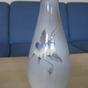 Lille vase med blomster motiv.  Ingen fejl eller afslag.  Højde 19 cm  Helst afhentning