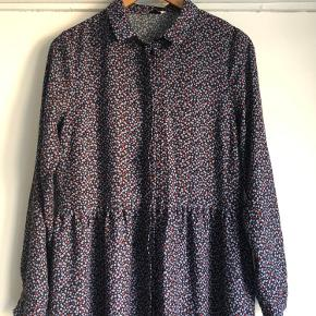 Fin skjortekjole / kjole fra Envii med fint blomsterprint i lilla, blå og røde farver.  Går mig til skinnebenene (er 1.69 høj). Næsten ikke brugt.