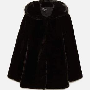 Dejlig lækker varm og blød pels jakke (ikke ægte) fra ZARA🤍 Rigtig god i kvaliteten, med gode rumlige lommer.   Ikke brugt specielt meget, så ser stadig fin ud. Sælges udelukkende fordi jeg ikke får den brugt, og har for mange jakker:)  Byd endelig, eller skriv for flere billeder