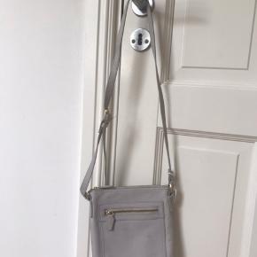 Grå vintage taske.